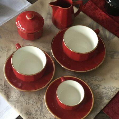 Farbe: Rot mit Goldrand